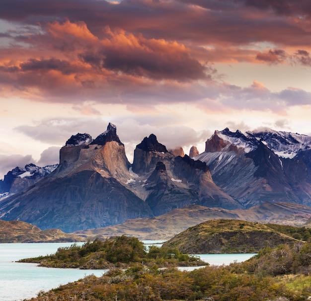 Beaux paysages de montagne dans le parc national de torres del paine, chili. région de randonnée de renommée mondiale.