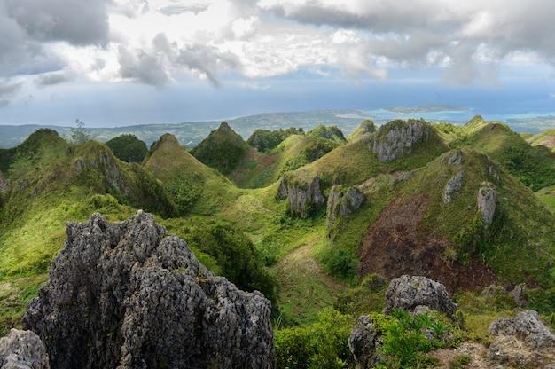 Beaux paysages d'osmena peak aux philippines sous le ciel nuageux