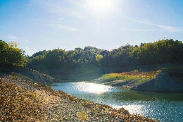 Beaux paysages relaxants sur le lac pertusillo en basilicate
