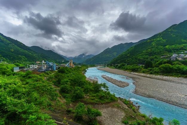 Beaux paysages de la ville et de la rivière de miyama, japon