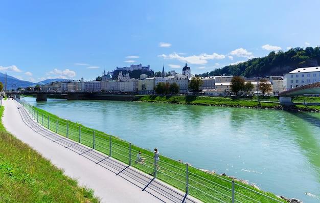Beaux paysages de la ville de salzbourg, classée au patrimoine mondial de l'unesco, avec vue sur la forteresse de hohensalzburg, la rivière salzach et le pont makartsteg avec les écluses d'amour, autriche