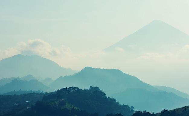 Beaux paysages de volcans au guatemala, en amérique centrale
