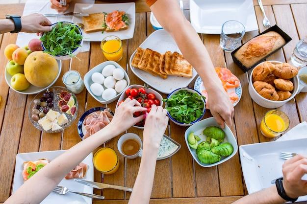 Beaux petits déjeuners sur la vue de dessus de table grande table avec vue de dessus de nourriture table avec de la nourriture