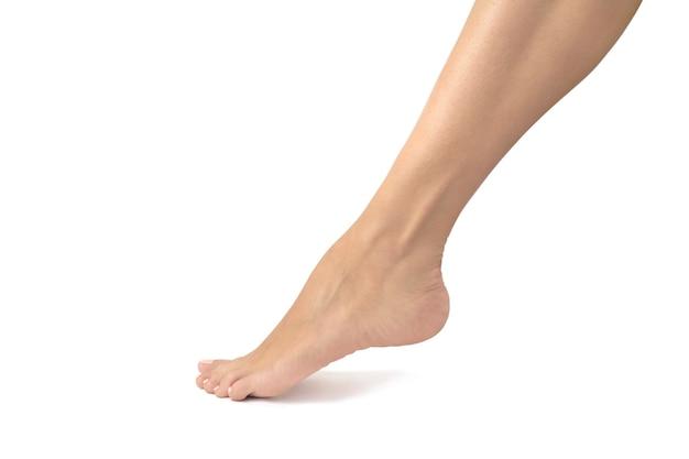 Beaux pieds féminins retouchés et isolés sur fond blanc