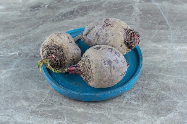 De beaux radis dans le bol , sur la table en marbre.