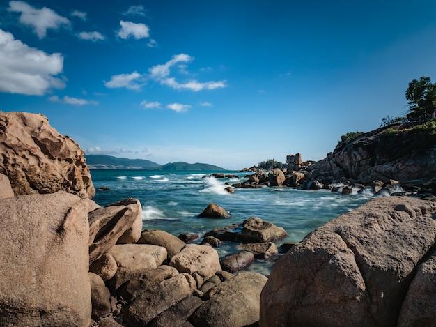 Beaux rochers dans la mer avec des îles