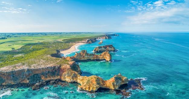 Beaux rochers en érosion de la baie de murnane à mepunga sur great ocean road, australie