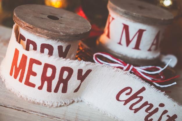 Beaux rubans de noël vintage et jouets sur la table en bois. décorations mignonnes et agréables dans un style rustique