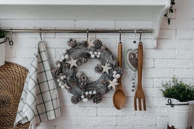 Beaux ustensiles de cuisine en bois. conception légère