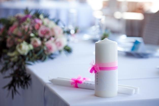 Beaux verres de champagne et de vin, décoration de mariage, célébration, gros plan