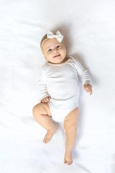 Le bébé a 4 mois et est joué. mise au point sélective. gens.
