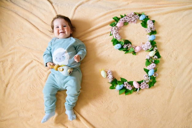 Bébé de 9 mois. heureux, neuf mois bébé ramper sur tapis à la maison