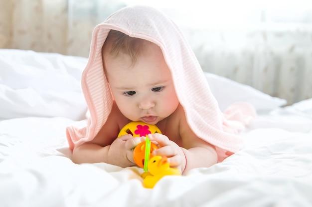 Bébé après s'être baigné dans une serviette
