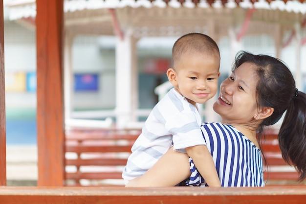 Bébé asiatique en détention par sa mère