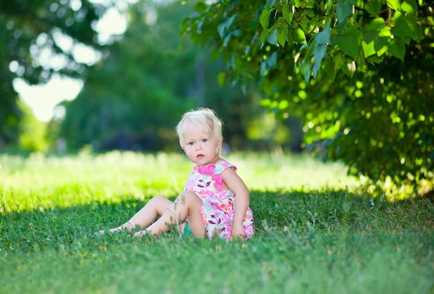 Bébé assis sur l'herbe verte