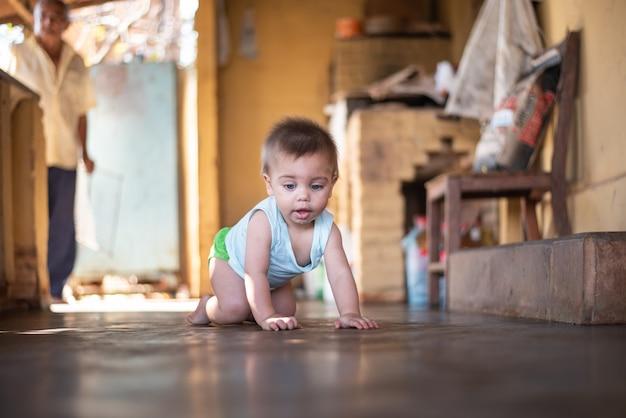 Bébé assis sur le sol
