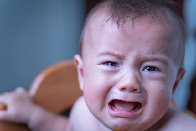 Bébé Assis Triste Et Pleurant Dans La Chambre Photo Premium