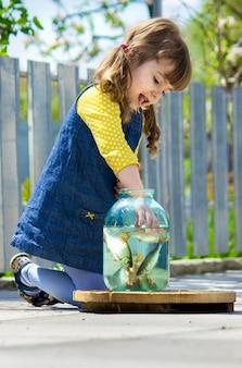 Bébé attrape le poisson dans une boîte