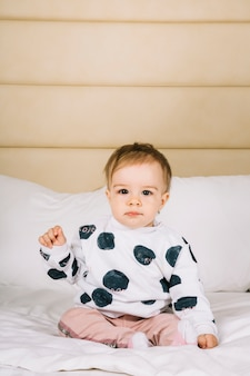 Bébé au lit le matin