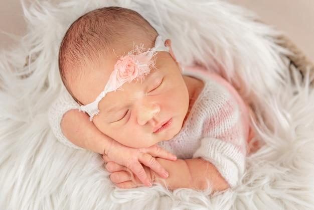 Bébé avec bandeau blanc dans une couverture douce