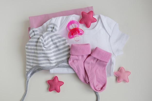 Bébé bébé vêtements bébé fille tétine cap sur fond