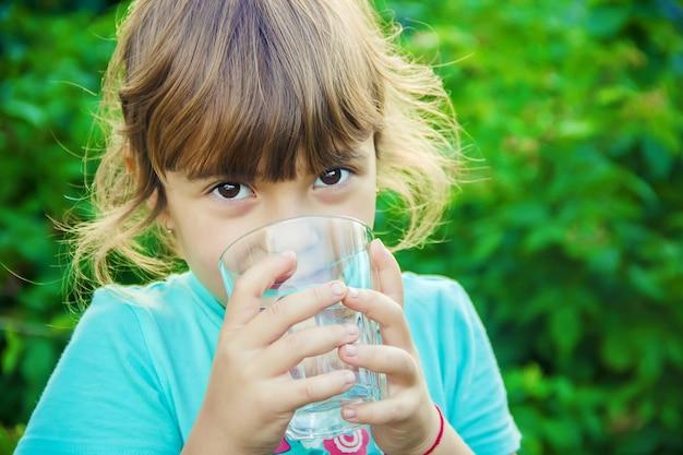 Bébé boit de l'eau. mise au point sélective.