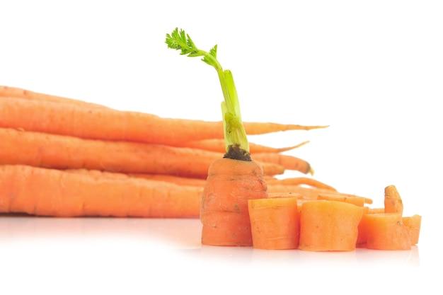 Bébé carottes isolé sur fond blanc