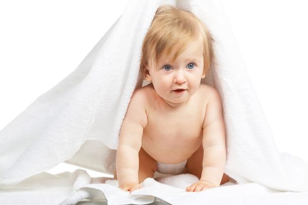 Bébé caucasien recouvert de serviette isolé sur fond blanc