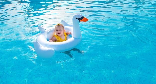 Bébé en cercle nage dans la mer.