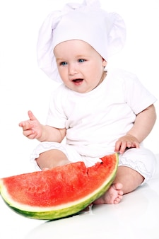 Bébé chef mangeant la pastèque