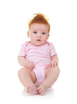 Bébé en combinaison rose sur fond blanc