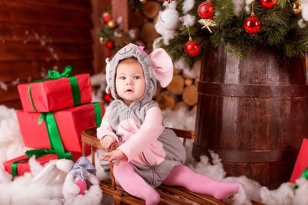 Bébé avec costume de souris et coffrets cadeaux de noël
