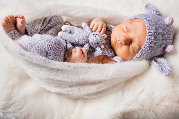 Bébé en costume de vache se trouve sur l'oreiller blanc