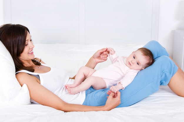 Bébé couché sur la mère