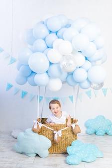 Bébé dans un ballon à air chaud, le vol d'un petit enfant dans un ballon bleu