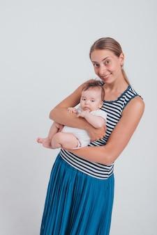 Bébé dans les bras de la mère