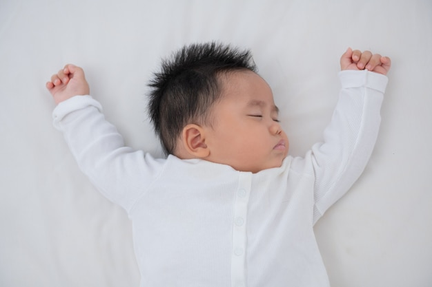 Bébé dort dans son lit