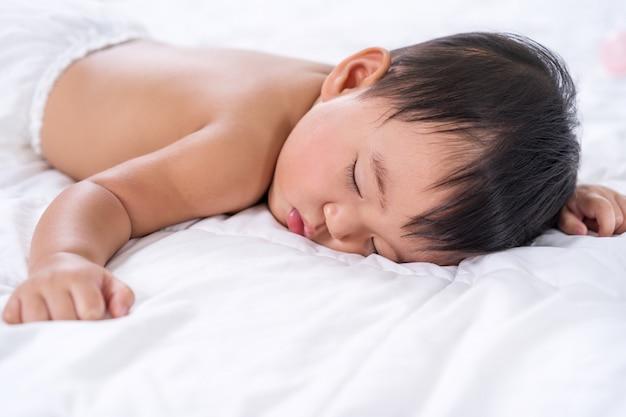 Bébé dort sur le lit