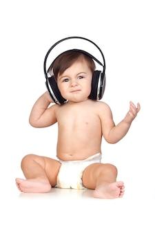 Bébé drôle en couches écouter de la musique
