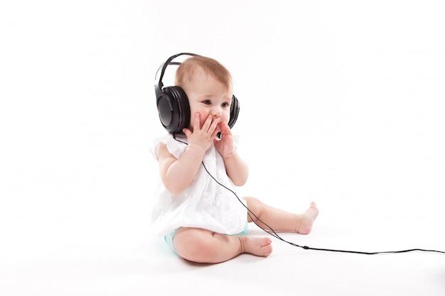 Bébé avec des écouteurs