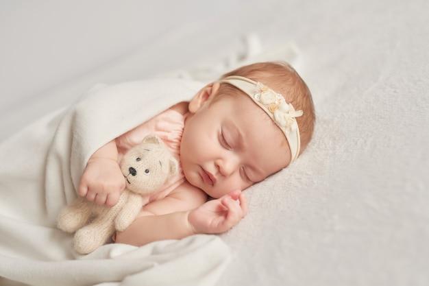 Bébé endormi 3 mois sur une lumière