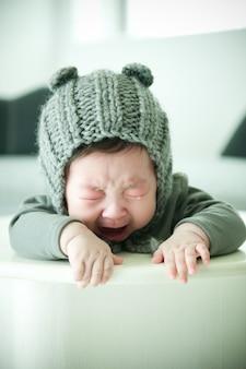 Le bébé est en train de pleurer.