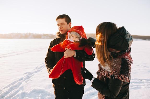 Bébé famille traîneau hiver