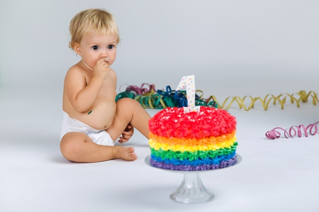 Bébé fille célébrant son premier bithday avec gourmet cake and ba