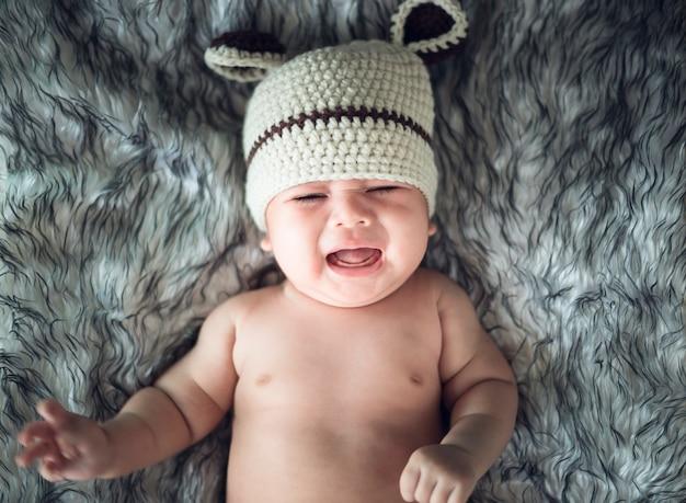 Bébé fille pleure dans un enveloppement