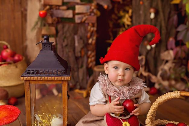 Bébé fille portant un costume de gnome pour halloween
