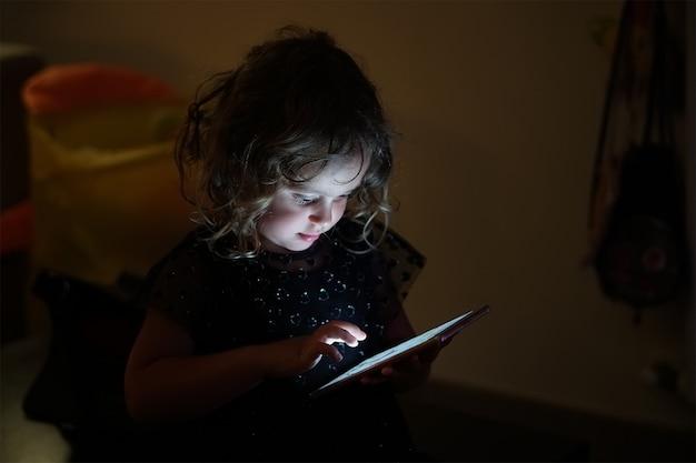 Bébé fille et téléphone portable