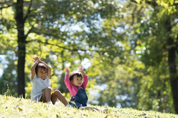 Bébé filles jouent dans le parc
