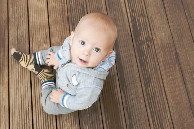 Bébé garçon assis sur le sol