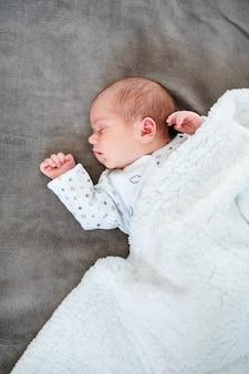 Bébé garçon endormi